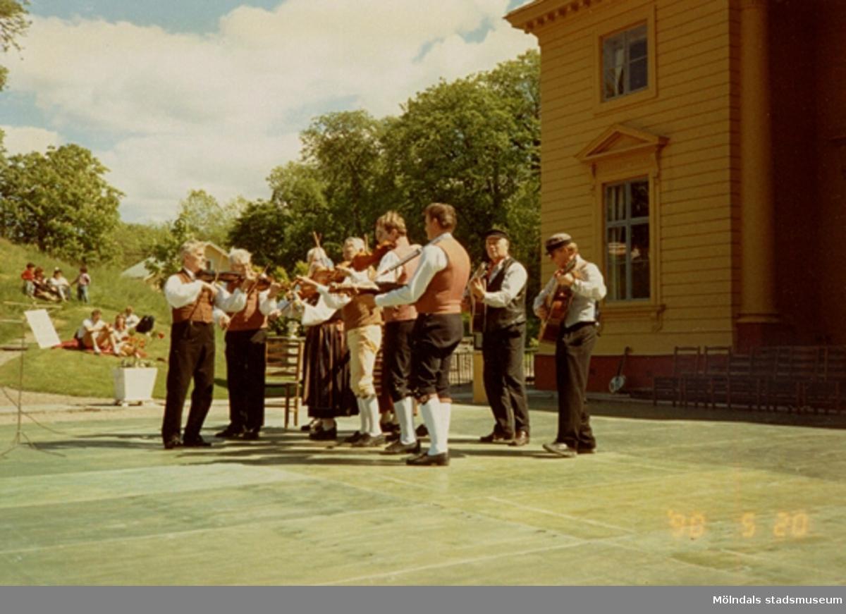 Ett folkdanslag uppträder inför publik utanför Gunnebo slott, maj 1990.