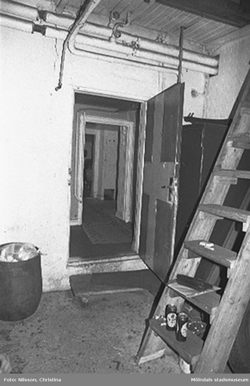 Interiör i fabriksbyggnad. Byggnadsdetaljer: Dörr, stege, ledning i taket m.m.