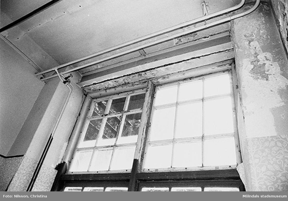Byggnadsdetaljer: Fönster och vattenledning, hösten 1994.