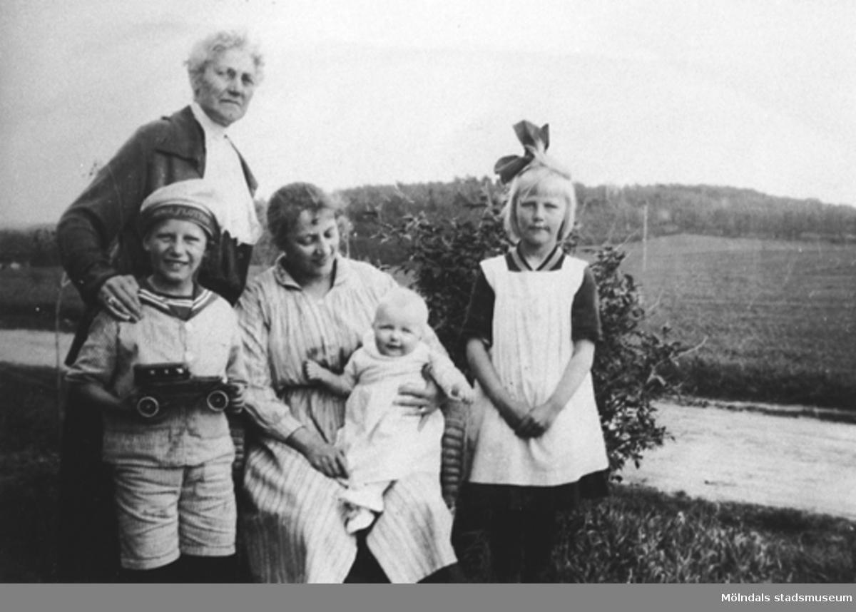 Dyngö, slutet av 1800-talet eller början av 1900-talet. Finklädda ungdomar. Syskonparen Agnes och Klara Christensson, Viktoria och Nora Westerberg, samt Anna Johansson. Nora och Viktoria bodde på Dyngö i Fjällbacka skärgård.Sittande till vänster är Viktoria och till höger NoraNora är mormor till givaren Karin Hansson f Pettersson.