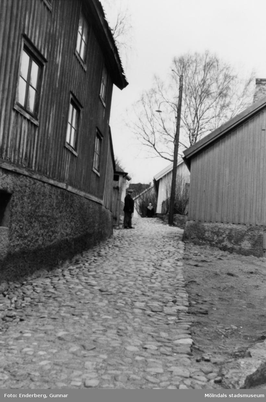 Till vänster syns Skraltorp (Roten F6), okänt årtal. Huset hade varit lumpmagasin och byggdes om till bostadshus. År 1947 fick gatan namnet Samuel Norbergsstigen och var gångvägen mellan gamla stadshusets gavel (Kvarnbygatan 43 på Gamla torget) och Samuel Norbergsgatan. Gatunamnet används inte längre.