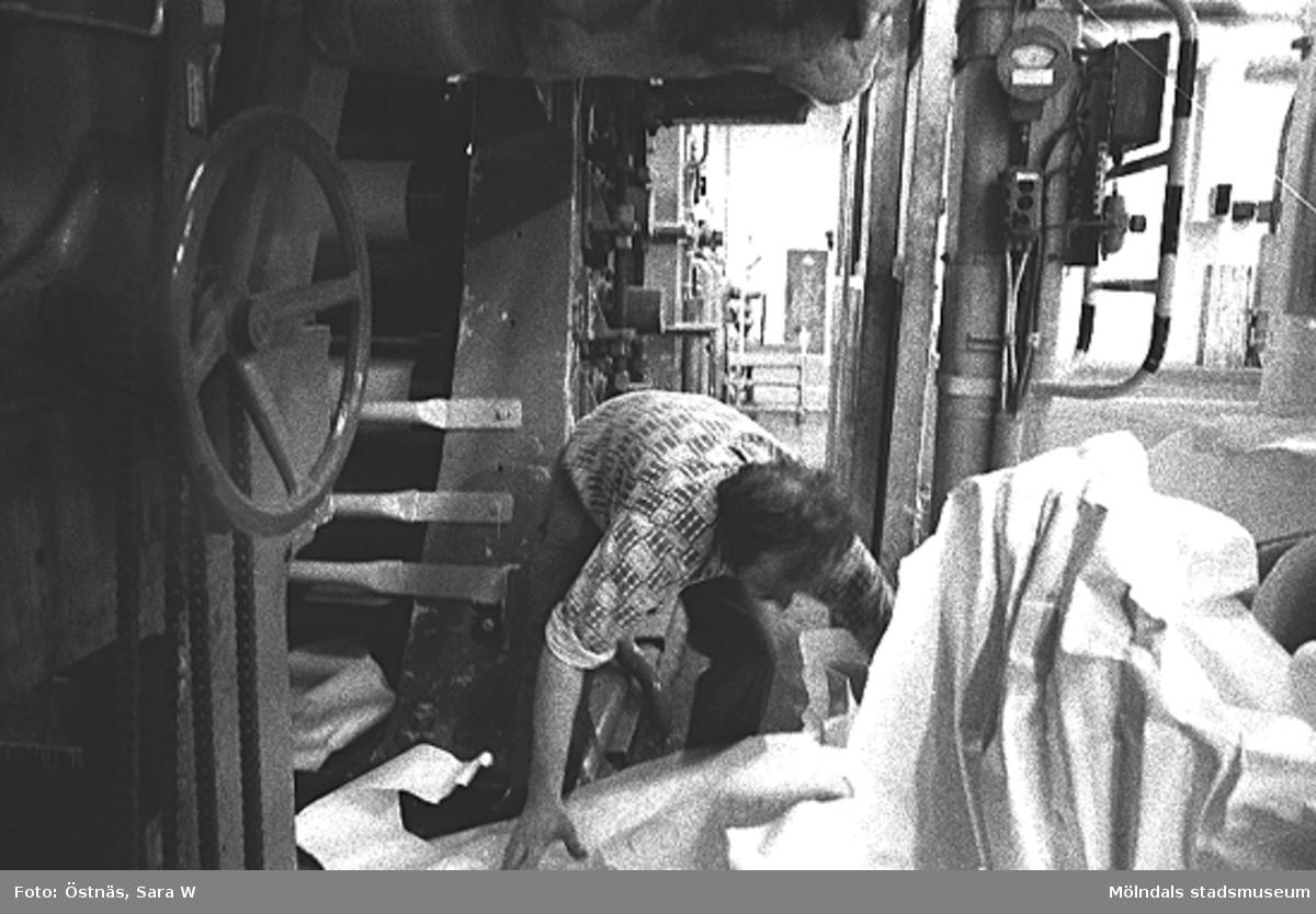 En man i arbete. Aarno Aspbäck.Bilden ingår i serie från produktion och interiör på pappersindustrin Papyrus.