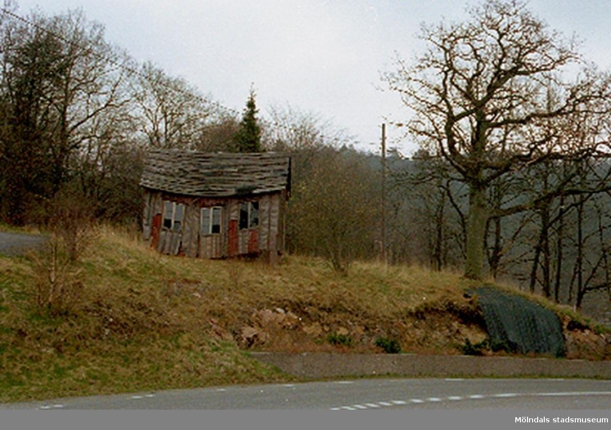 Ett uthus, Sandbäck 1:129, i Mölndal strax invid gränsen till Kållered. Rivet april 1994.