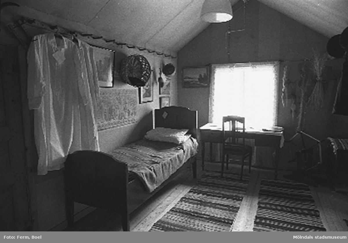 Sovplats på vinden.Hembygdsgården/Börjesgården i Hällesåker, Lindome 1992-06-29.Lindomebornas gård som förvaltas av Lindome Hembygsgille. Lindome Hembygsgård sedan 1976.Anstiftades av Börje Svensson 1669. Flyttades under laga skiftet 1850.
