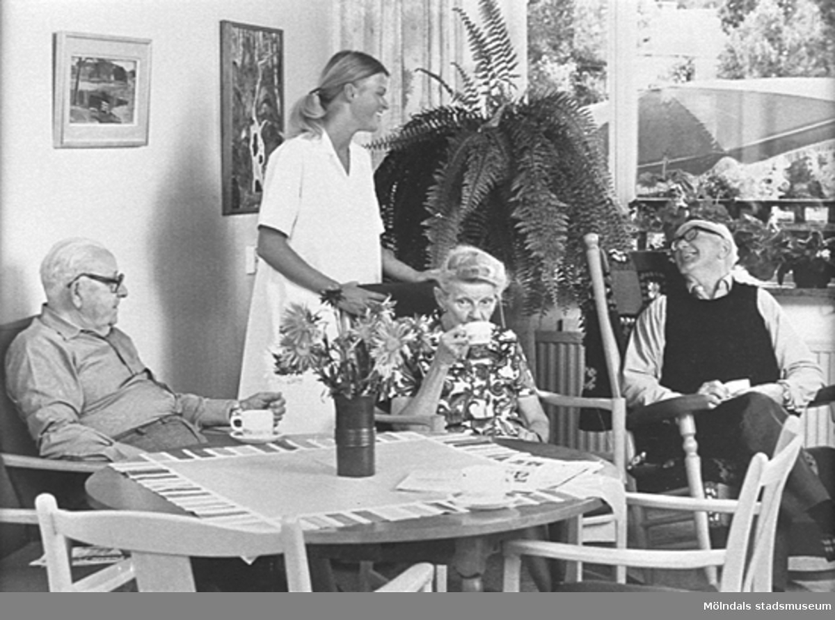 Lackarebäckshemmet. En sjuksyster och några äldre.