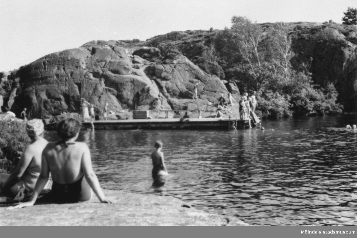 Bergsjön (Färåstjärn) i Kållered en sommardag på 1950-talet. Simskola vid bryggan.