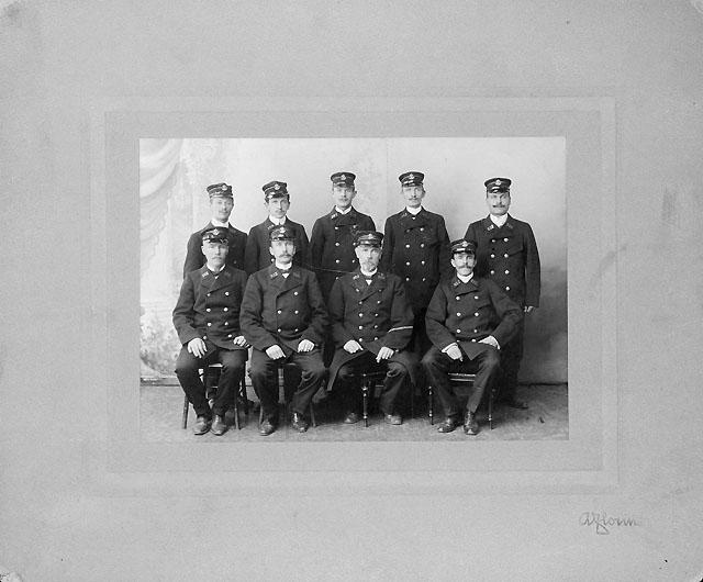 Oskar Blomqvist stående i mitten.