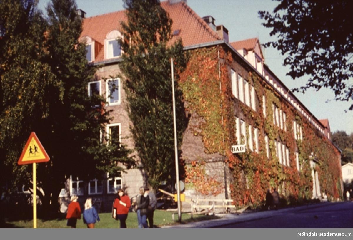Kvarnbyskolan i Kvarnbyn, Mölndal. Sommaren 1965.Några ungdomar är med på bilden.