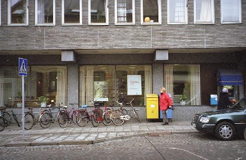 Från Östra Mårtensgatan med brevlådor utanför.