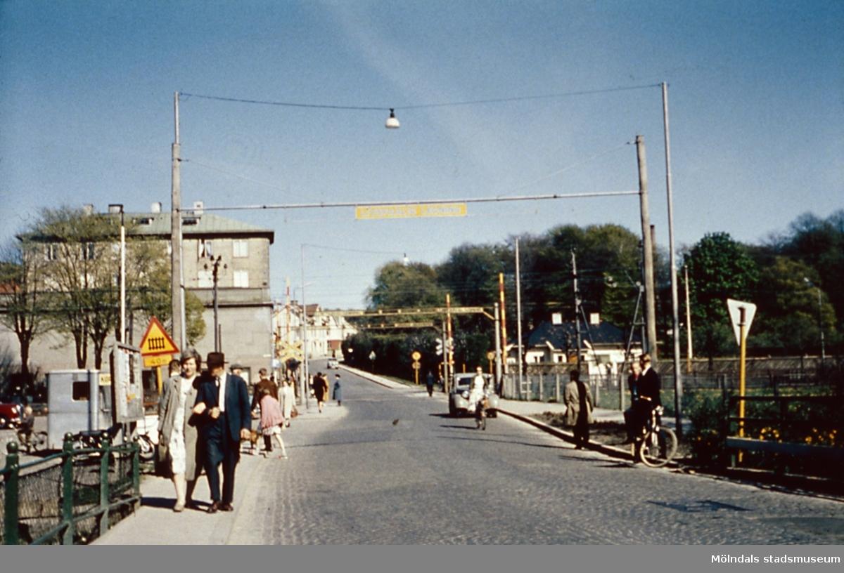 Järnvägsövergången på Mölndal bro, år 1959. Kvarnbygatan i bakgrunden.