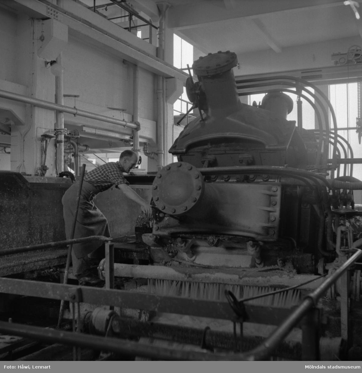 Man i arbete vid sliperiet på Papyrus i Mölndal, 6/5 1955.