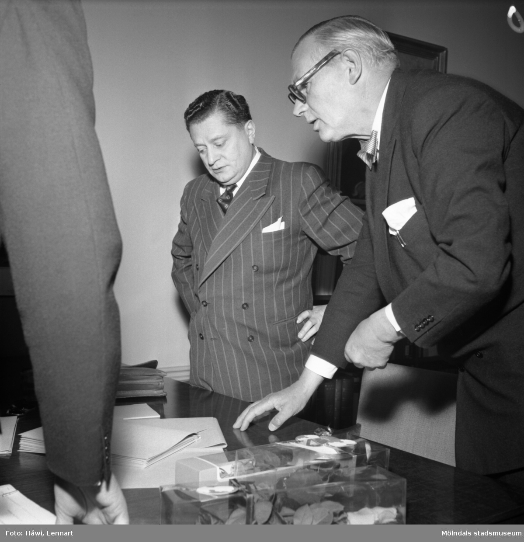 Papyrus i Mölndal, 16/5 1955. Marc Wallenberg står bredvid bankdirektören Marcus Wallenberg.