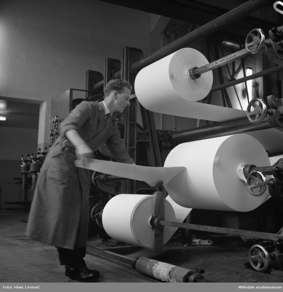 Man i arbete vid maskin på Papyrus i Mölndal, 15/11 1958.