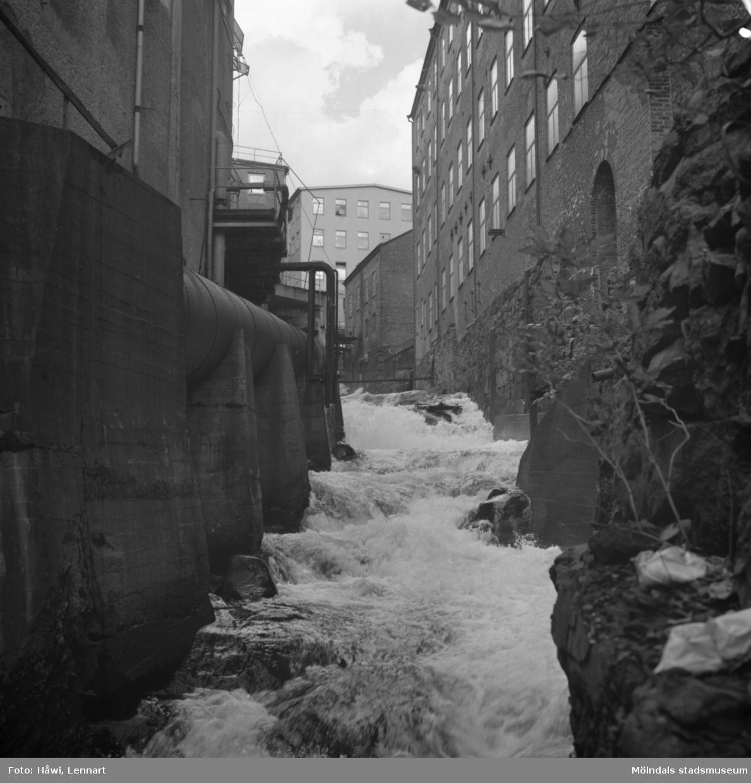 Mölndalsån, uppströms Forsebron i Mölndal, 26/10 1970. Byggnaden närmast till höger är Stora Götafors.