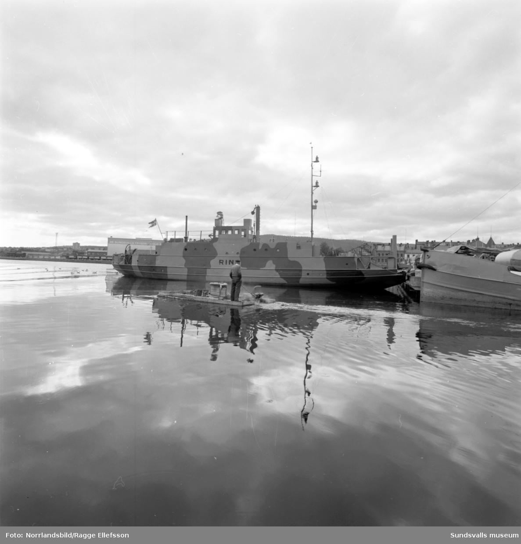 Kamoflagemålat fartyg (militärt?) ligger vid kaj i Sundsvalls hamn.