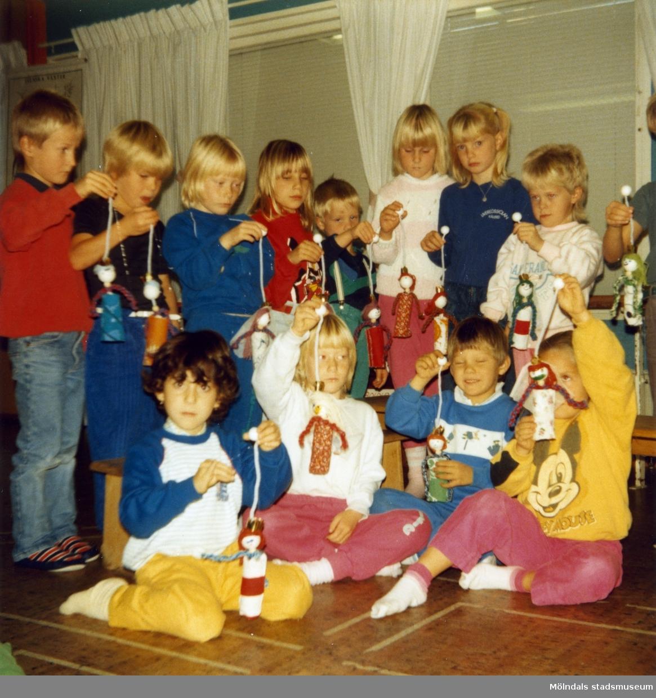 Dagisbarnens egna dockor. Dockteater hos Bräcka deltidsgrupp 1986-10-29. Fotografi ur album tillhörande Blanka Kaplan.