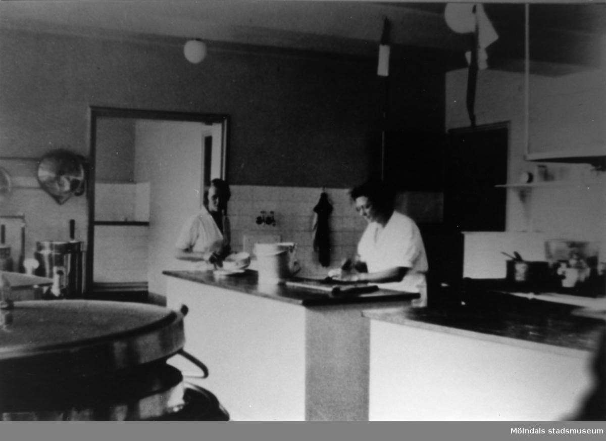 Märta Sund f. Bryngelsson i köket, stora skolan, på Streteredshemmet i Kållered. Kalle Sund byggde flaskskeppet.
