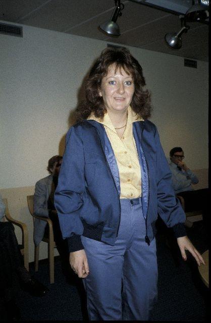 """Visning av ny modell av uniform för kvinnlig brevbärare, början av 1980-talet. Se broschyr """"Brevbärarnas nya kläder"""" från Postens Inköpscentral (PIC)."""