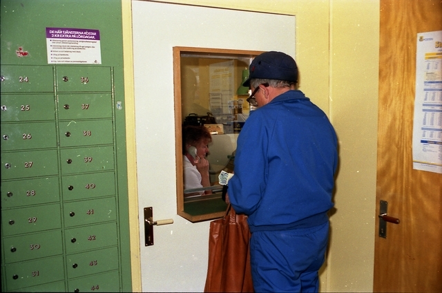 Postboxar och postlucka i Parakka, Lappland. Laila Wettainen expedierar en kund.