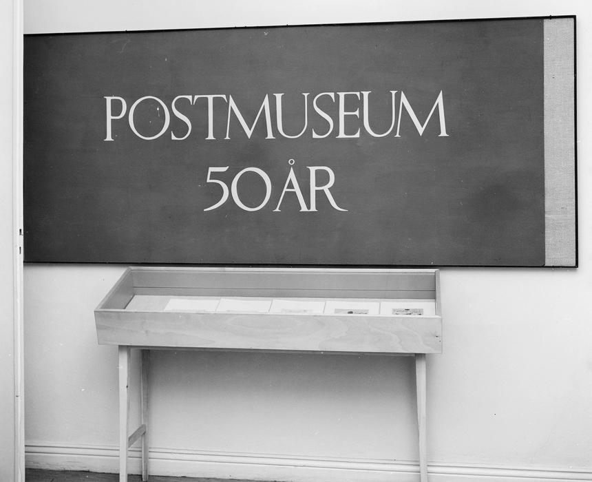 Monter med några blad ur Postmusei Vänners jubileumsgåva till museet.