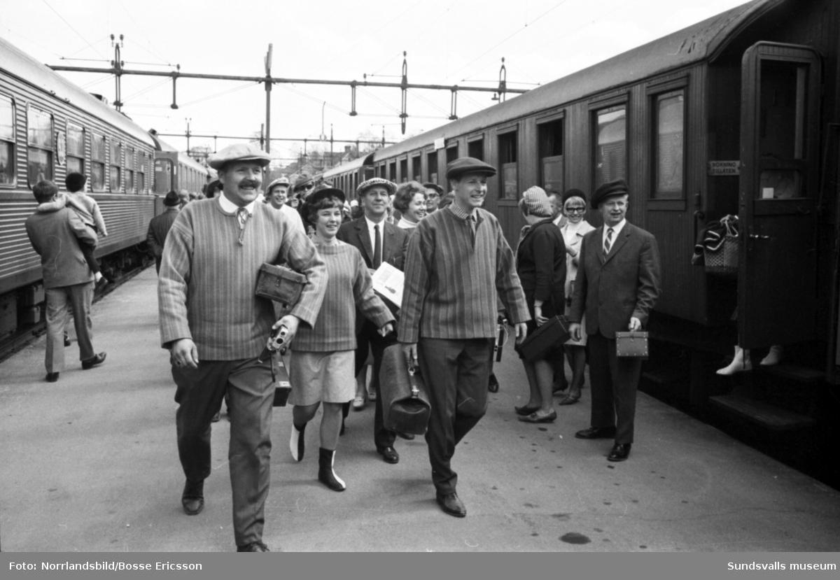 När Stöde kommer till stan är det pompa och ståt vid järnvägsstationen i Sundsvall och gott om Stödekepsar. Reportagebilder för Expressen.