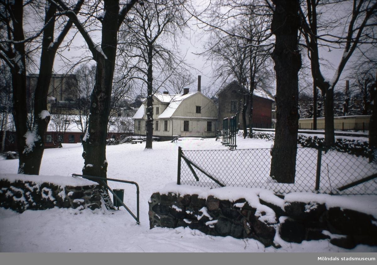 Kvarnbyparken i Mölndals Kvarnby, 1970-tal. I bakgrunden ses Kvarnbygården. Träbyggnaden från 1805, tegelbyggnaden från 1841.