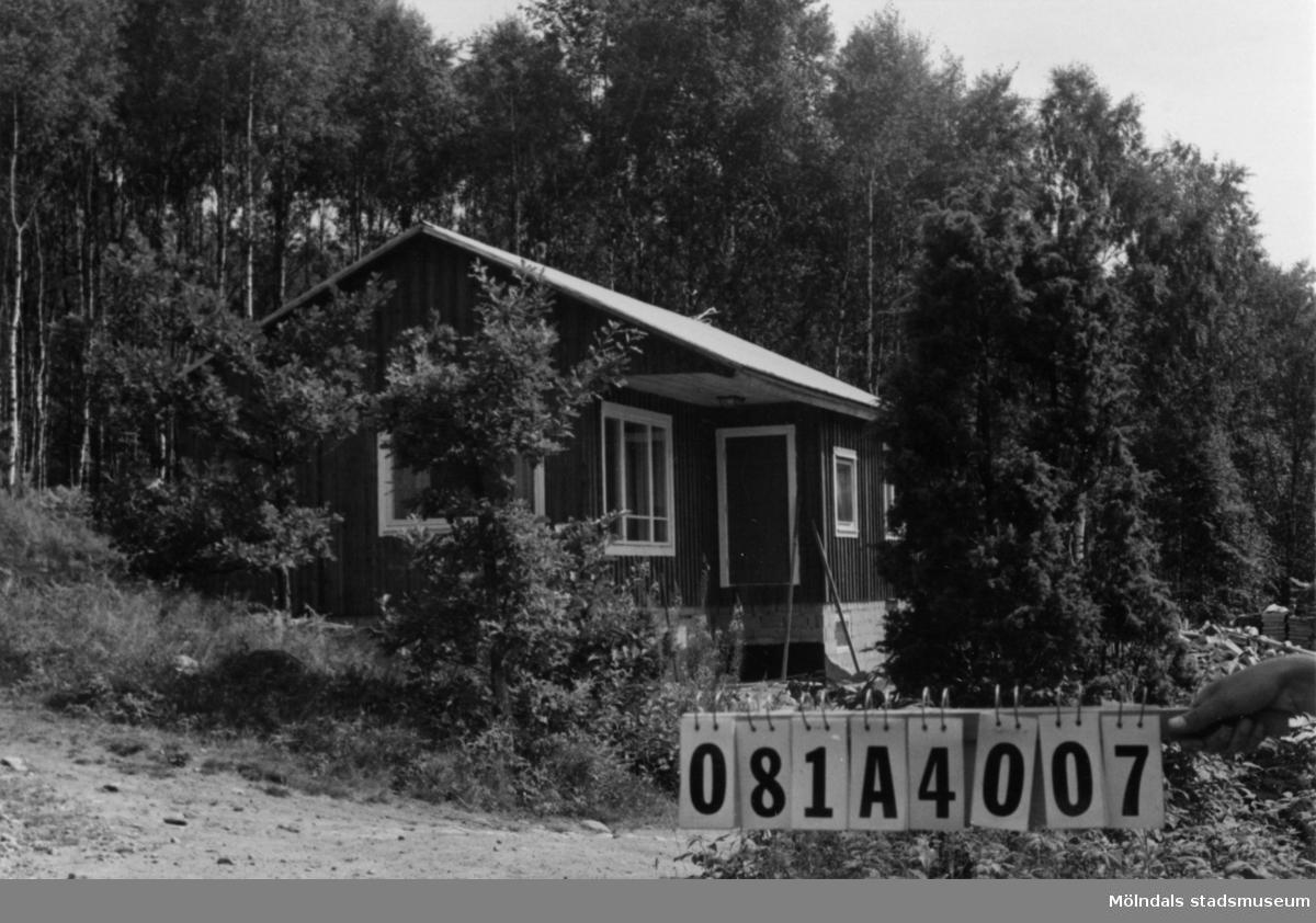 Byggnadsinventering i Lindome 1968. Skår (1:7). Hus nr: 081A4007. Benämning: fritidshus och redskapsbod. Kvalitet, fritidshus: mycket god. Kvalitet, redskapsbod: mindre god. Material: trä. Övrigt: under byggnad. Tillfartsväg: framkomlig.