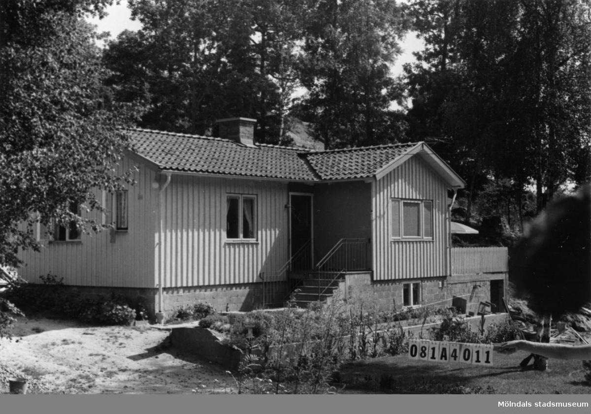 Byggnadsinventering i Lindome 1968. Knipered 3:13. Hus nr: 081A4011. Benämning: fritidshus och två redskapsbodar. Kvalitet, fritidshus: mycket god. Kvalitet, redskapsbodar: dålig. Material: trä. Tillfartsväg: framkomlig. Renhållning: ej soptömning.