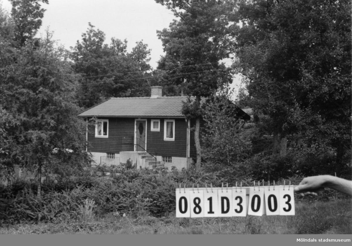 Byggnadsinventering i Lindome 1968. Greggered 1:48. Hus nr: 081D3003. Benämning: fritidshus och redskapsbod. Kvalitet: mycket god. Material: trä. Övrigt: bikupor. Tillfartsväg: framkomlig. Renhållning: soptömning.