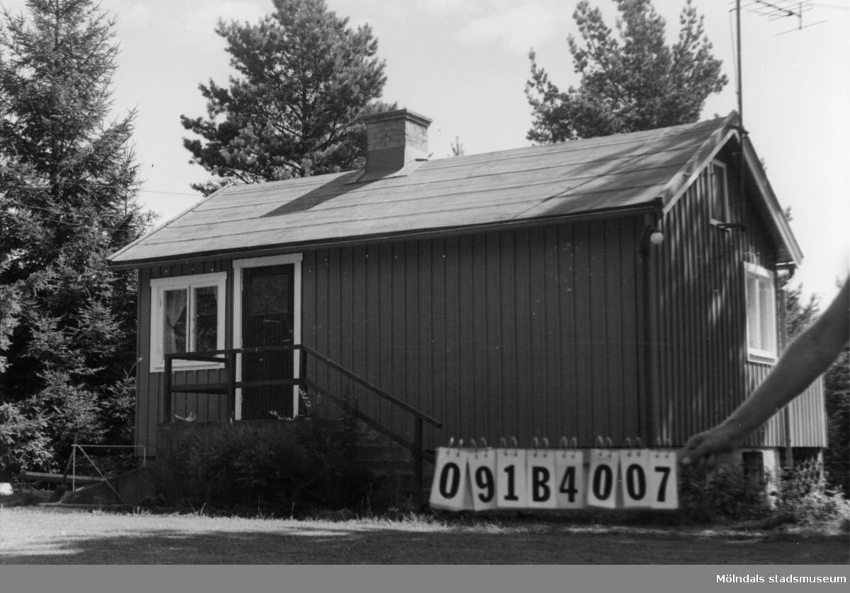 Byggnadsinventering i Lindome 1968. Skräppholmen (2:2) 2:54. Hus nr: 091B4007. Benämning: fritidshus. Kvalitet: god. Material: trä. Tillfartsväg: framkomlig. Renhållning: soptömning.