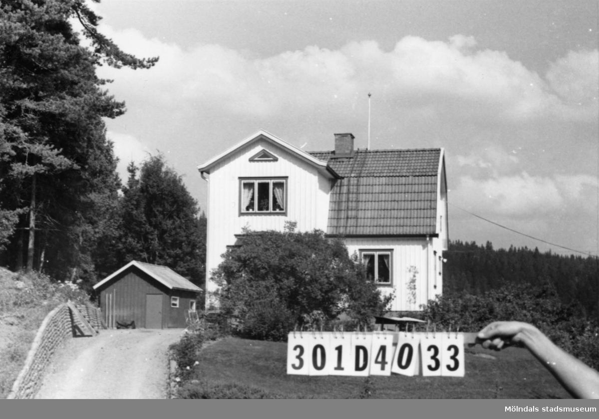 Byggnadsinventering i Lindome 1968. Hällesåker 3:21. Hus nr: 301D4033. Benämning: permanent bostad, gäststuga och garage. Kvalitet: god. Material, bostadshus och gäststuga: trä. Material, garage: sten. Övrigt: ligger högt och exponerat men är vackert. Tillfartsväg: framkomlig. Renhållning: soptömning.