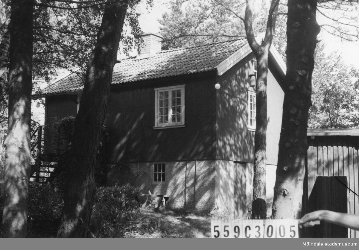 Byggnadsinventering i Lindome 1968. Fagered 1:16. Hus nr: 559C3005. Benämning: fritidshus och redskapsbod. Kvalitet, fritidshus: god. Kvalitet, redskapsbod: mindre god. Material: trä. Tillfartsväg: framkomlig.