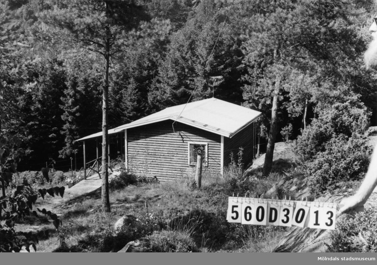Byggnadsinventering i Lindome 1968. Gastorp 1:70. Hus nr: 560D3013. Benämning: fritidshus. Kvalitet: mycket god. Material: trä. Tillfartsväg: framkomlig.