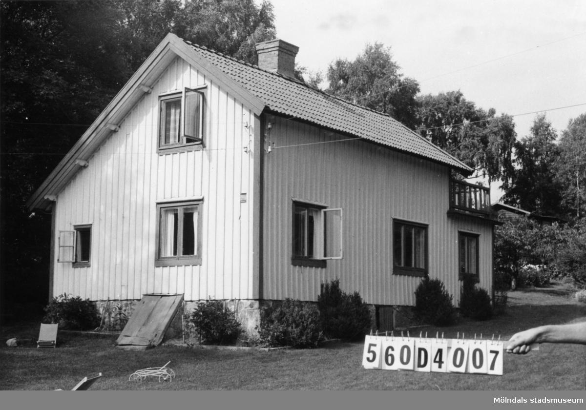 Byggnadsinventering i Lindome 1968. Fagered 2:8. Hus nr: 560D4007. Benämning: fritidshus, två gäststugor och redskapsbod. Kvalitet, bostadshus och gäststugor: god. Kvalitet, redskapsbod: mindre god. Material: trä. Tillfartsväg: framkomlig. Renhållning: soptömning.