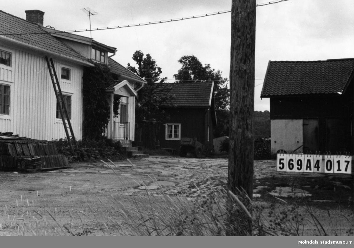 Byggnadsinventering i Lindome 1968. Skäggered 1:3. Hus nr: 569A4017. Benämning: permanent bostad, ladugård, garage och hus. Kvalitet, bostadshus och ladugård: god. Kvalitet, garage och hus: mindre god Material: trä. Tillfartsväg: framkomlig. Renhållning: ej soptömning.