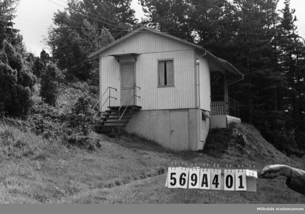 Byggnadsinventering i Lindome 1968. Skäggered 5:1. Hus nr: 569A4018. Stiftelse. Benämning: fritidshus. Kvalitet: god. Material: trä. Tillfartsväg: ej framkomlig. Renhållning: soptömning.