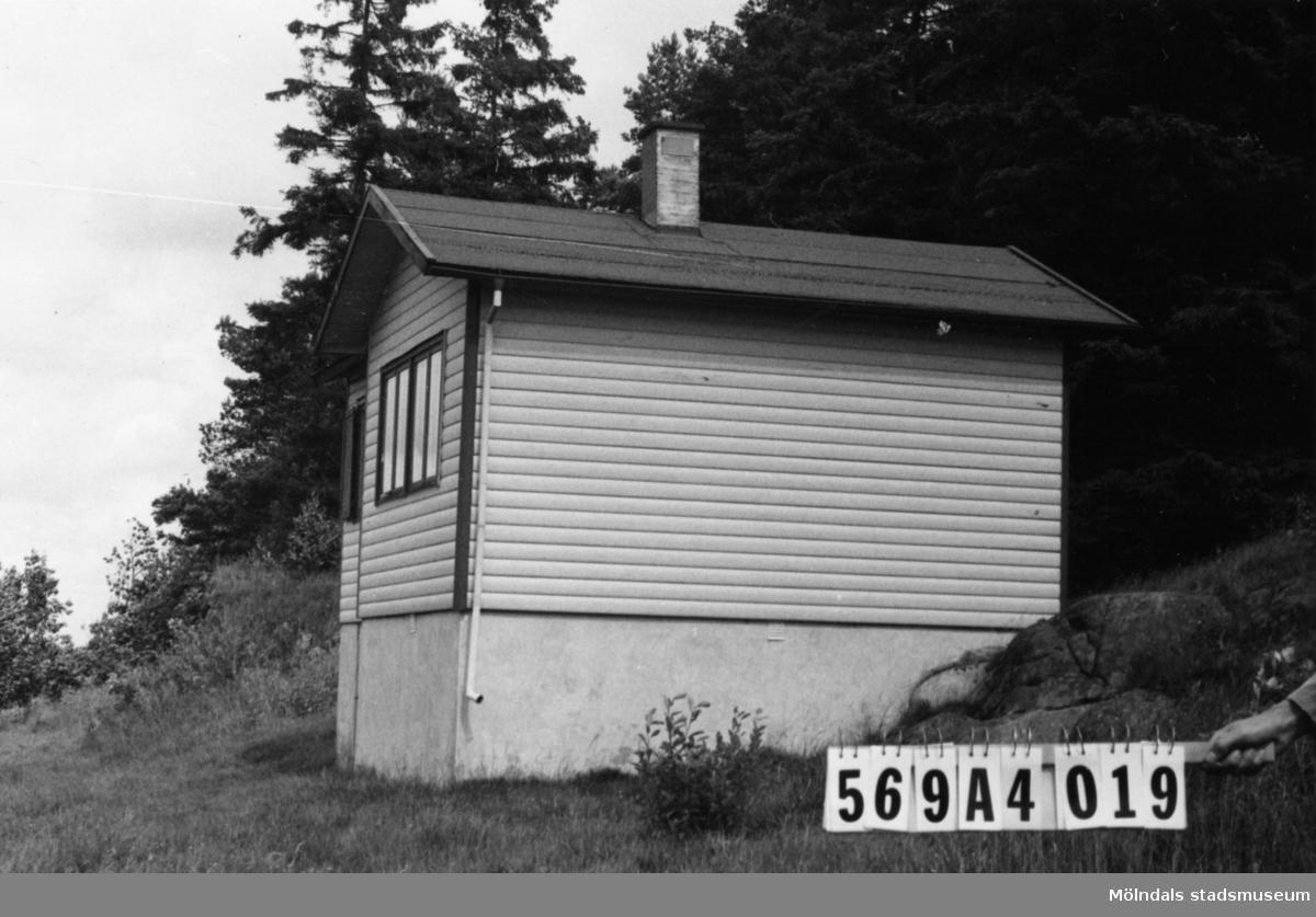 Byggnadsinventering i Lindome 1968. Skäggered 5:1. Hus nr: 569A4019. Stiftelse. Benämning: fritidshus. Kvalitet: god. Material: trä. Tillfartsväg: ej framkomlig. Renhållning: soptömning.