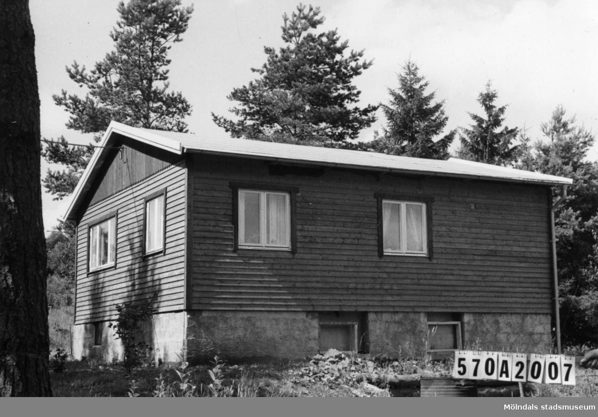 Byggnadsinventering i Lindome 1968. Annestorp 6:42. Hus nr: 570A2007. Benämning: fritidshus. Kvalitet: mycket god. Material: trä. Övrigt: permanent användning när vatten och avlopp kommer. Tillfartsväg: framkomlig. Renhållning: soptömning.