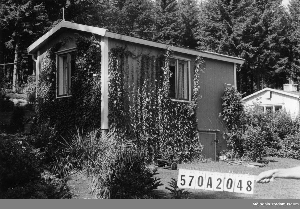 Byggnadsinventering i Lindome 1968. Bräcka (1:21). Hus nr: 570A2048. Benämning: fritidshus och redskapsbod. Kvalitet, fritidshus: mycket god. Kvalitet, redskapsbod: god. Material: trä. Övrigt: mycket fin tomt. Tillfartsväg: framkomlig.