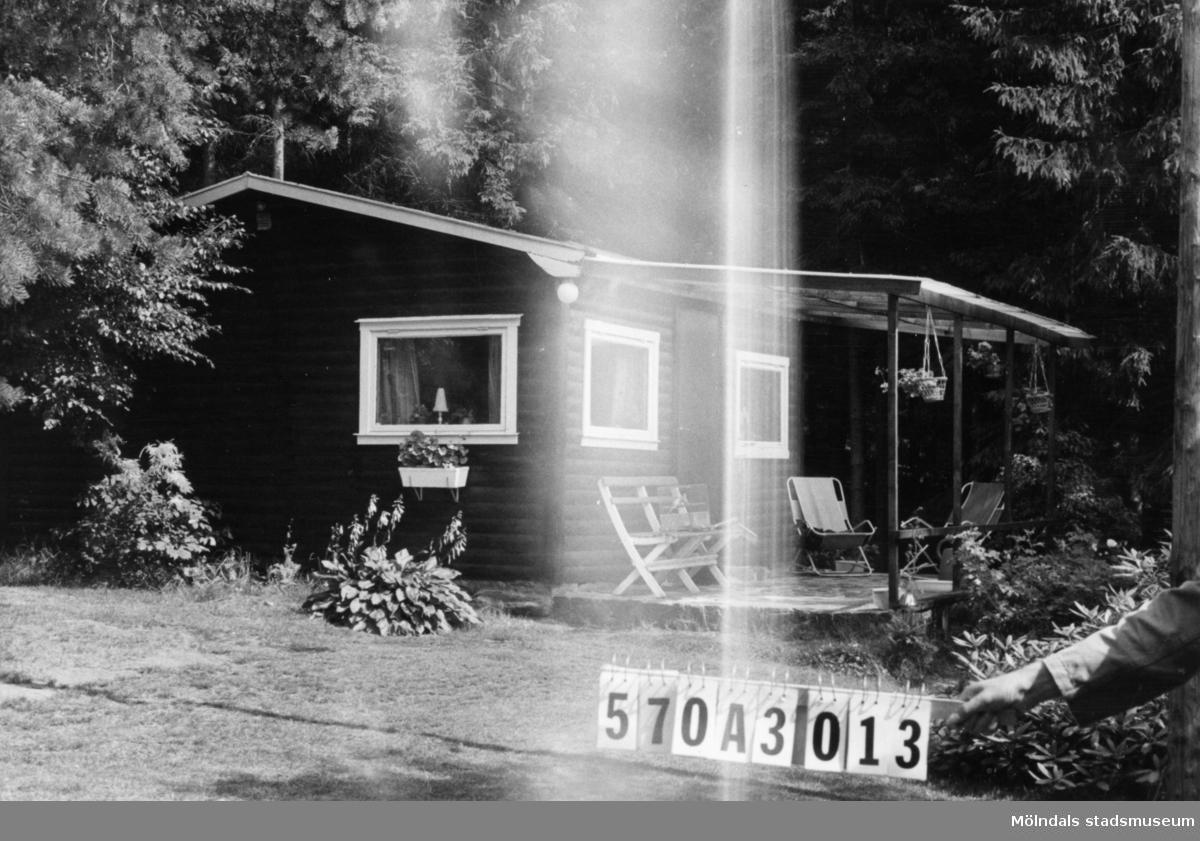 Byggnadsinventering i Lindome 1968. Annestorp 2:141. Hus nr: 570A3013. Benämning: fritidshus och redskapsbod. Kvalitet: mycket god. Material: trä. Tillfartsväg: framkomlig. Renhållning: soptömning.