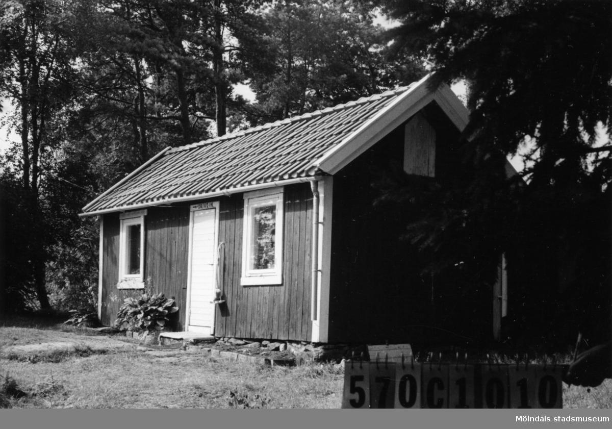 Byggnadsinventering i Lindome 1968. Annestorp 5:29. Hus nr: 570C1010, t. 570C1011. Benämning: fritidshus och redskapsbod. Kvalitet: mindre god. Material: trä. Tillfartsväg: ej framkomlig.