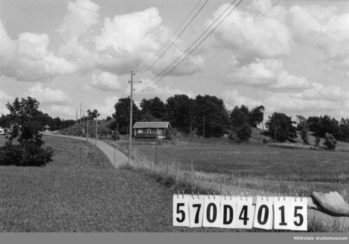 Byggnadsinventering i Lindome 1968. Annestorp 1:58. Hus nr: 570D4015. Benämning: permanent bostad och redskapsbod. Kvalitet: god. Material: trä. Tillfartsväg: framkomlig.