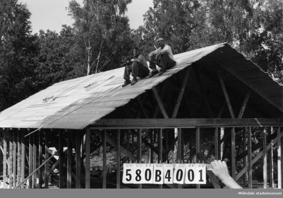 Byggnadsinventering i Lindome 1968. Knipered (2:13). Hus nr: 580B4001. Benämning: fritidshus. Kvalitet: mycket god. Material: trä. Övrigt: under byggnad. Tillfartsväg: framkomlig (oerhörd lutning).