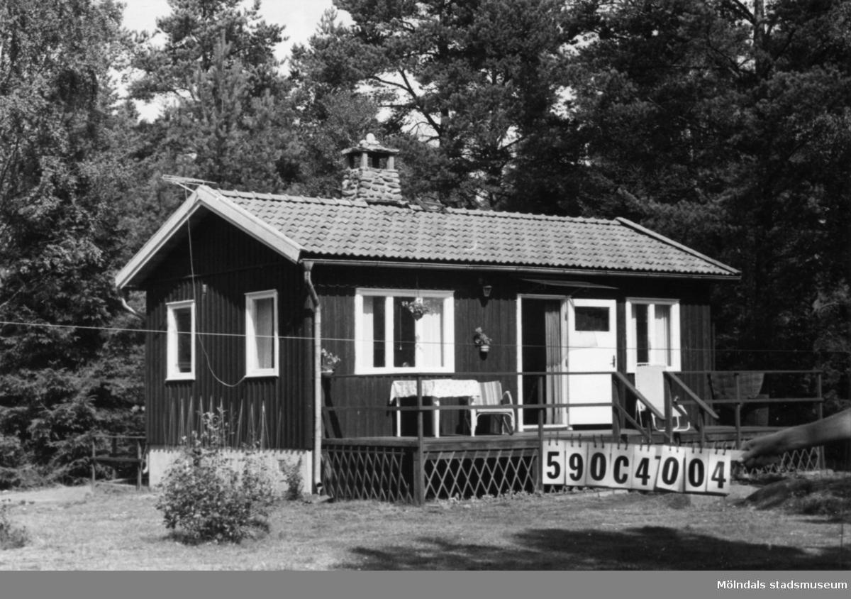 Byggnadsinventering i Lindome 1968. Torvmossared 1:25. Hus nr: 590C4004. Benämning: fritidshus, gäststuga och redskapsbod. Kvalitet: god. Material: trä. Tillfartsväg: framkomlig.