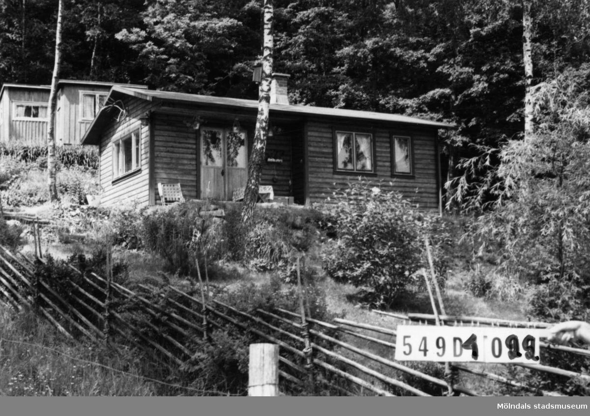 Byggnadsinventering i Lindome 1968. Hällesås 1:26. Hus nr: 549D4022. Benämning: fritidshus, gäststuga och redskapsbod. Kvalitet, bostadshus: mycket god. Kvalitet, övriga: mindre god. Material: trä. Tillfartsväg: framkomlig.