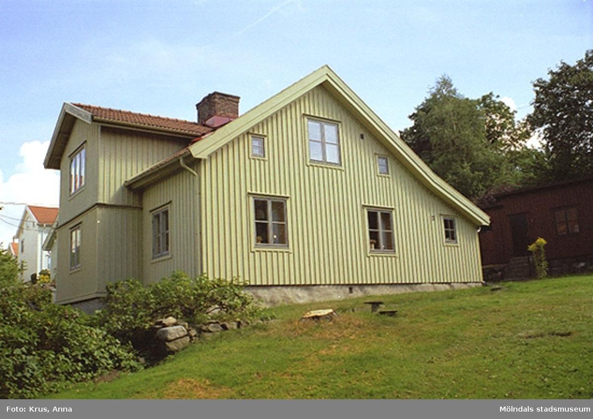 Exempel på tillbyggnader och kullerstensgator i Kvarnbyn.