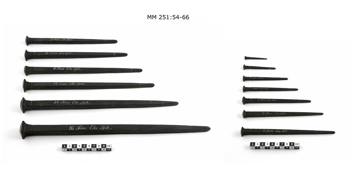 Ekspik, modell av svartmålat trä. Tillhör samling av 16-2 tums spik.