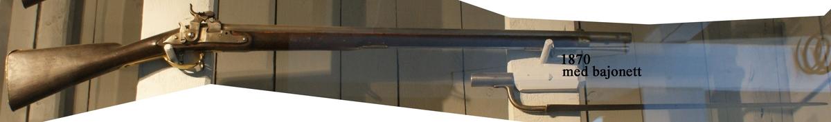 """Gevär, 1831 års modell, typ b, avkortat och förändrat från flint- till slagkrutsantändning, säkring med s.k. klave. Märkt: """"3"""". Kolven av trä, pipa och mekanism av stål. Beslagen av metall. Slaglås. Pipan slätborrad, längd 855 mm. Stickbajonett, längd 700 mm. Kaliber: 19 mm. Vikt: 3,8 kg. Hela längden: 1258 mm. Använd vid de med 7:e Sjöartillerikompaniet i Karlskrona år 1831 verkställda slaglåsförsöken (se Kongl. Krigsvetenskapsakademiens tidskrift, Nr 11, 1833)"""