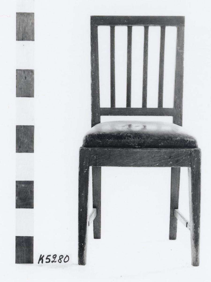 Stol av furu, brunmålad. Rygg med fyra spjälor med kannelyr. Gustaviansk stil.