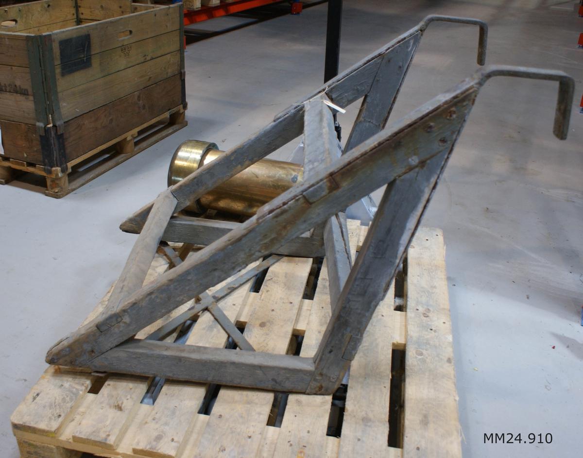 Grå dyktrappa med två steg. Längst upp sitter två hakar som kan fästas i en reling eller motsvarande.